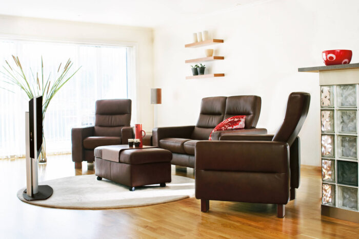 Stressless Wave Chairs and Loveseat in a room grouping